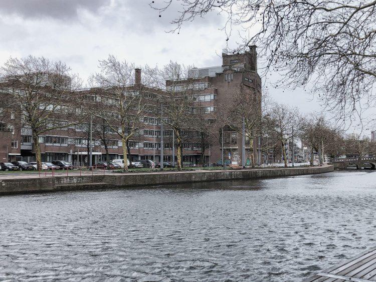 Het Brouwershuys, gezien vanaf de Zaagmolenkade in het Oude Noorden, met op de achtergrond het Centrum van Rotterdam