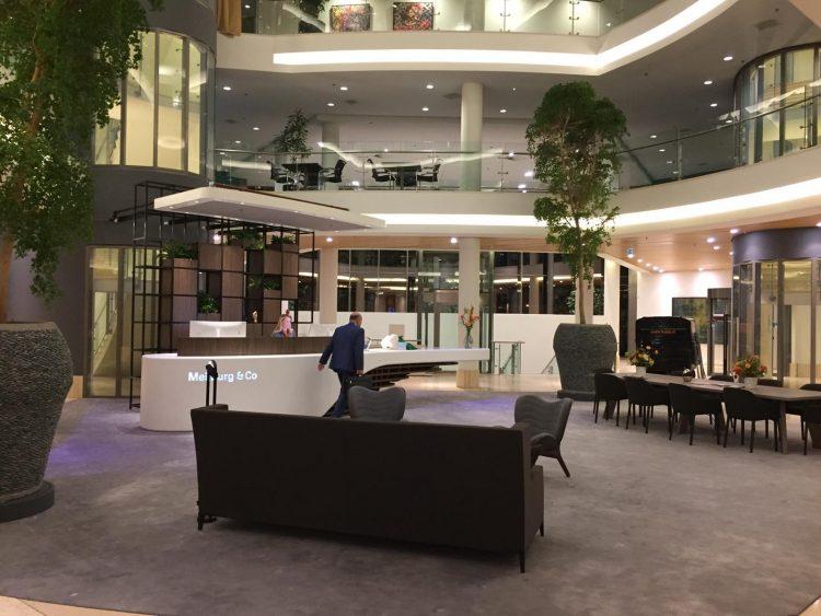 De indrukwekkende entree met comfortabele lobby