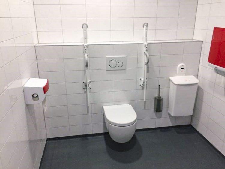 Uitgebreid toilet voor mensen met een beperking