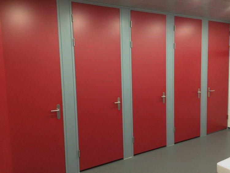 Mooie hoge deuren vervaardigd uit hoogwaardige materialen