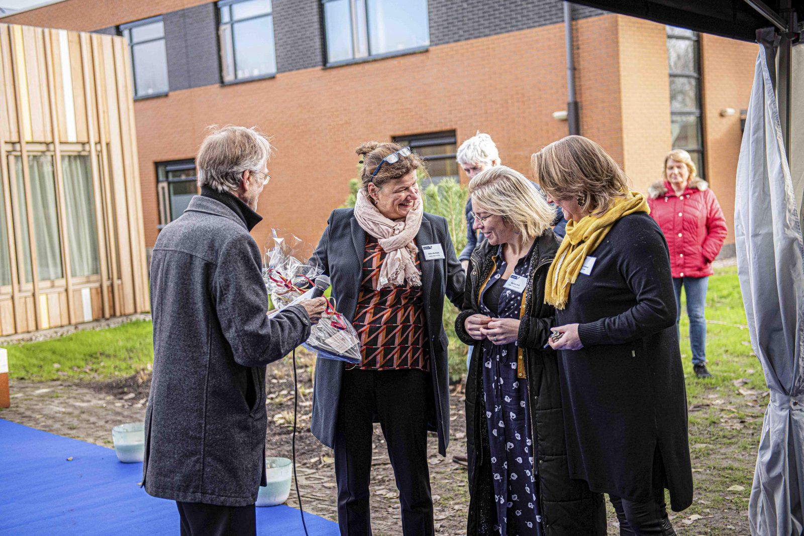 Esther Reinhard (directeur bedrijfsvoering) met Eva van Well voor de microfoon